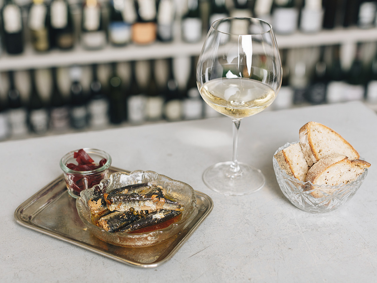 Sardinky Rödel se zeleným pepřem, fermentovaná červená řepa, chleba 66 z Esky