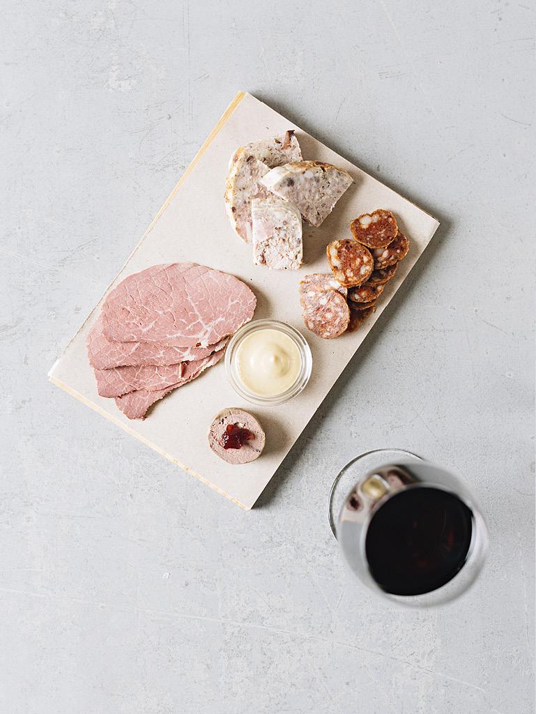 Mix uzenin z Našeho masa (špekáček, sekaná, hovězí šunka, játrová paštika a hořčice z Lokálu)